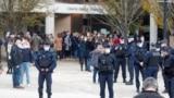 اجتماع پلیس و شهروندان فرانسوی در محل تدریس معلم جانباخته بر اثر حمله جان اسلامگرای چچنی