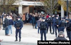 Біля школи, де працював убитий учитель. Над входом – гасло Французької Республіки: «Свобода, рівність, братерство». Конфланс-Сент-Онорін, 17 жовтня 2020 року