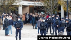Oameni adunați în fața colegiului Bois d'Aulne după atacul petrecut în suburbia pariziană St Honorine, 17 octombrie 2020