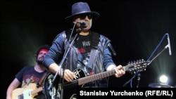 Лідер гурту «Крематорий» Армен Григорян. Концерт в Українському музичному театрі в Сімферополі, 2013 рік