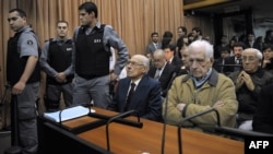 В зале суда Хорхе Видела и Рейнальдо Биньоне (слева)