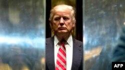 Дональд Трамп в лифте в своей резиденции Trump Tower в Нью-Йорке
