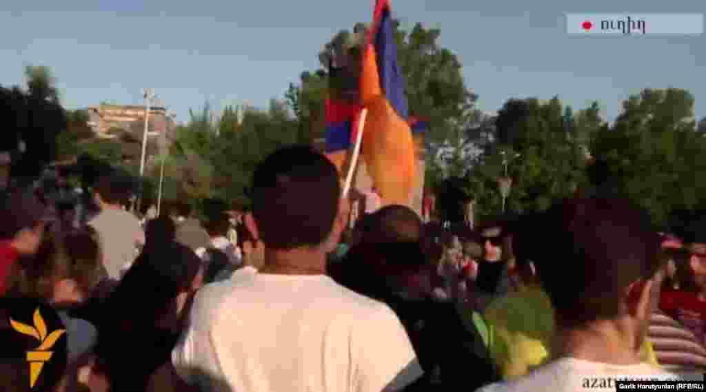 Армения -- Протестующие движутся к президентскому дворцу, несмотря на предупреждения полиции, Ереван, 22 июня 2015 г.