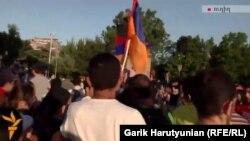 Protestuesit duke marshuar kah Pallati presidencial në Erevan