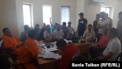 Оставшиеся без работы сотрудники морской базы Баутино во время встречи с руководством профсоюза. Форт-Шевченко, 25 мая 2016 года.