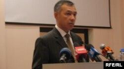 Сапарбек Нурпеисов, представитель Генеральной прокуратуры Казахстана, выступает с запретом читать книгу Рахата Алиева. Астана, 21 мая 2009 года.
