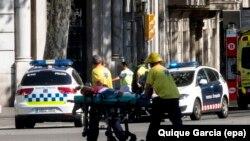 Ekipet e emergjencës ndihmojnë një të plagosur në një sulm në Las Ramblas, Barcelonë.