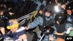 Policia speciale e Ukrainës i përdorë shkopinjtë e gomës gjatë përleshjes me protestuesit