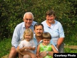 Александр Марголин (в центре) с семьей