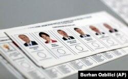 Turska će nakon nedjeljnih izbora napraviti tranziciju iz parlamentarnog sistema ka predsjedničkom (Foto: listići sa kandidatima za predsjednika Turske)
