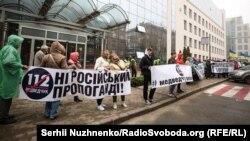 Tüntetés Kijevben a 112 Ukrajina tévécsatorna központja közelében, 2019. október 25-én.