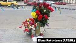Цветы на одной из улиц Одессы в память о погибших. 2 мая 2015 года.