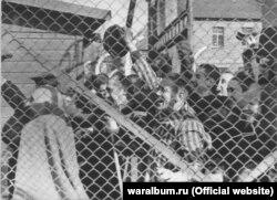 Ув'язнені концтабору «Освенцим» вітають своїх визволителів. Фото з виставки «Тріумф людини. Мешканці України, які пройшли нацистські концтабори»
