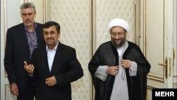 محمود احمدینژاد و صادق لاریجانی پس از جلسه سران قوا در شهریورماه سال ۹۱