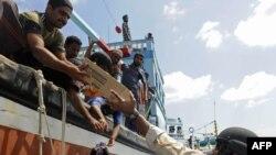Американските морнари им даваат храна на иранските рибари.