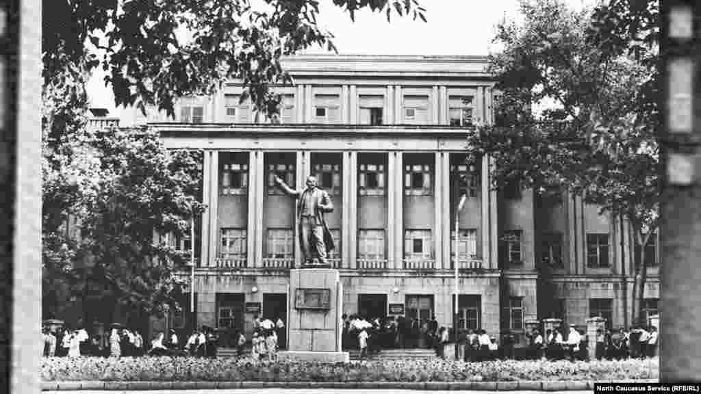 Дагестанский государственный педагогический университете, ул. 26 Бакинских комиссаров, ныне Ярагского. Предположительно, 1980-е гг.