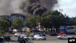 Дим після вибуху автобуса на летовищі в курортному місті Бурґасі
