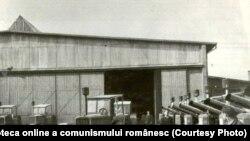 """Tractorul I.A.R.-22 în faţa halei de la uzinele """"Sovromtractor"""" din Braşov. Fototeca online a comunismului românesc; cota:1/1948"""