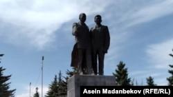 Кусейин Карасай уулу менен Касым Тыныстановдун айкели. Каракол шаары, 2018-жыл.