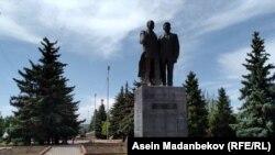 Касым Тыныстанов менен Кусейин Карасаевдин эстелиги. Каракол шаары.