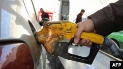 مهرداد بذرپاش، از نمایندگان اصولگرای مجلس نهم گفته بود با تصویب لایحه دولت «بنزین حدود ۱۵۰۰ تومان به مردم عرضه خواهد شد»