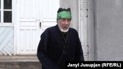 Дөөлөт Бабай уулу Шаар-Туздагы кыргыздар курган чайхана-мечиттин жанында.
