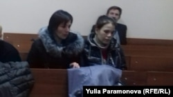 Замира и Зиеда в зале суда по избранию меры пресечения Елене Белой