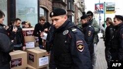 Poliția rusă îi reține pe activiștii LGBT din Moscova care au cerut încetarea persecuțiilor din Cecenia, 11 mai 2017