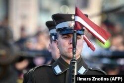 Латвійскі салдат на парадзе падчас цырымоніі з нагоды 100-годзьдзя незалежнасьці Латвіі ў Рызе