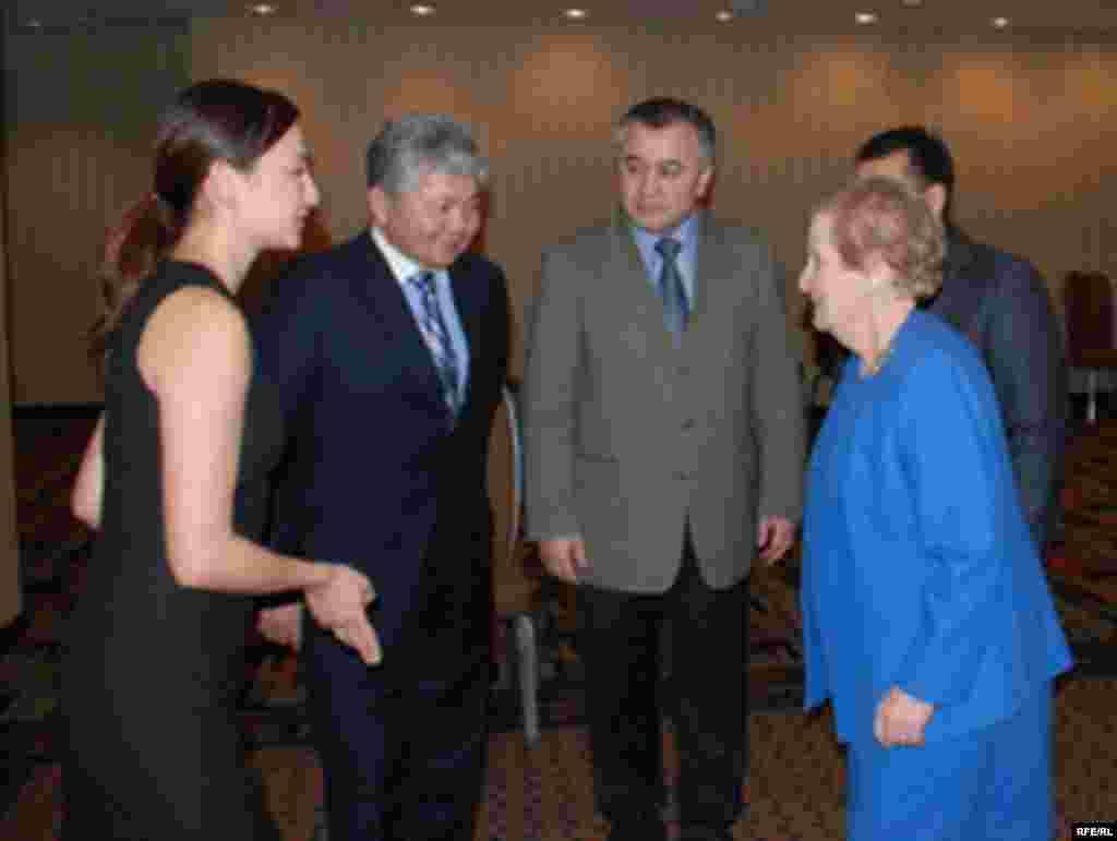 Кыргыз саясатчылары Мадлен Олбрайт менен. #1