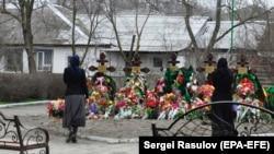 Могилы жертв атаки на церковь в Кизляре