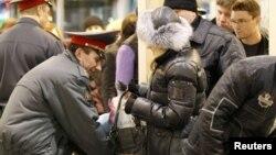 Полицейские проверяют пассажиров в аэропорту Домодедово в Москве. Иллюстративное фото.