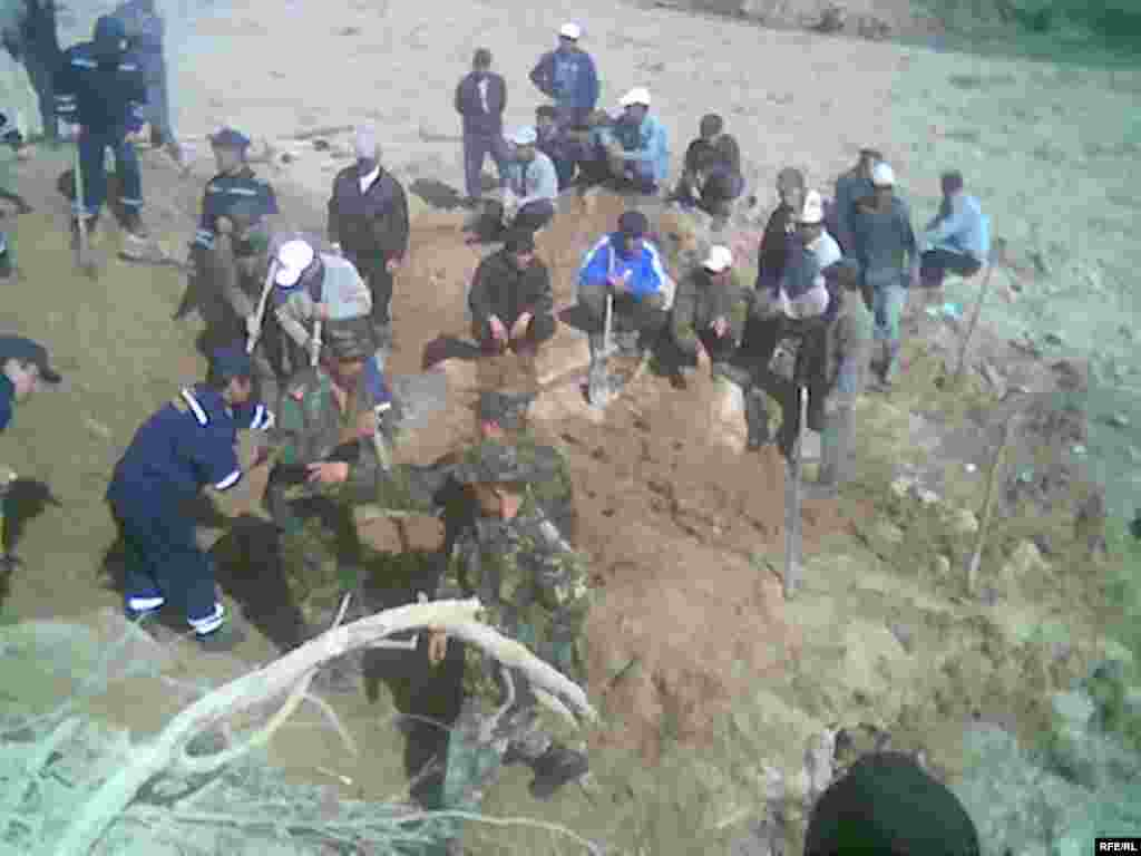 Куткаруучулар техника жок кол менен иштешти. - Kyrgyzstan - Natural disaster in Aksy region. 16Apr2009
