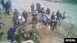 Аксы районунда 16-апрелдеги жер көчкү 16 кишини басып калган