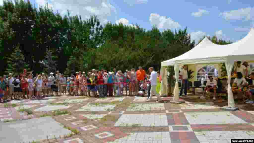 На площади возле кафе «Белый лев» в парке «Тайган» установили шатер специально для Филиппа Киркорова и его свиты