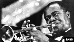 Известный американский джазовый музыкант (трубач) и певец Луи Армстронг
