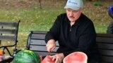 Аляксандар Лукашэнка пасьля сёлетняга збору бульбы і кавуноў
