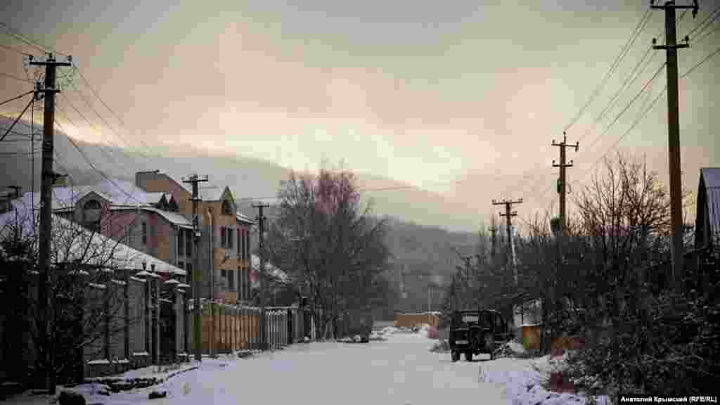 Первый в 2018 году снег – улица в Перевальном, с которой видно горы