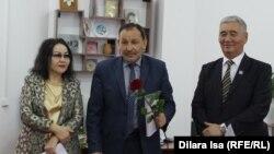 Гражданский активист из города Шымкента Ибрагим Альсерке (в центре) на церемонии награждения. Шымкент, 18 января 2017 года.