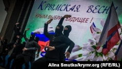 У Сімферополі святкують річницю «референдуму». Частина виступу, артисти демонструють «фашистів в Криму» під час подій 2014 року. 16 березня 2017 року