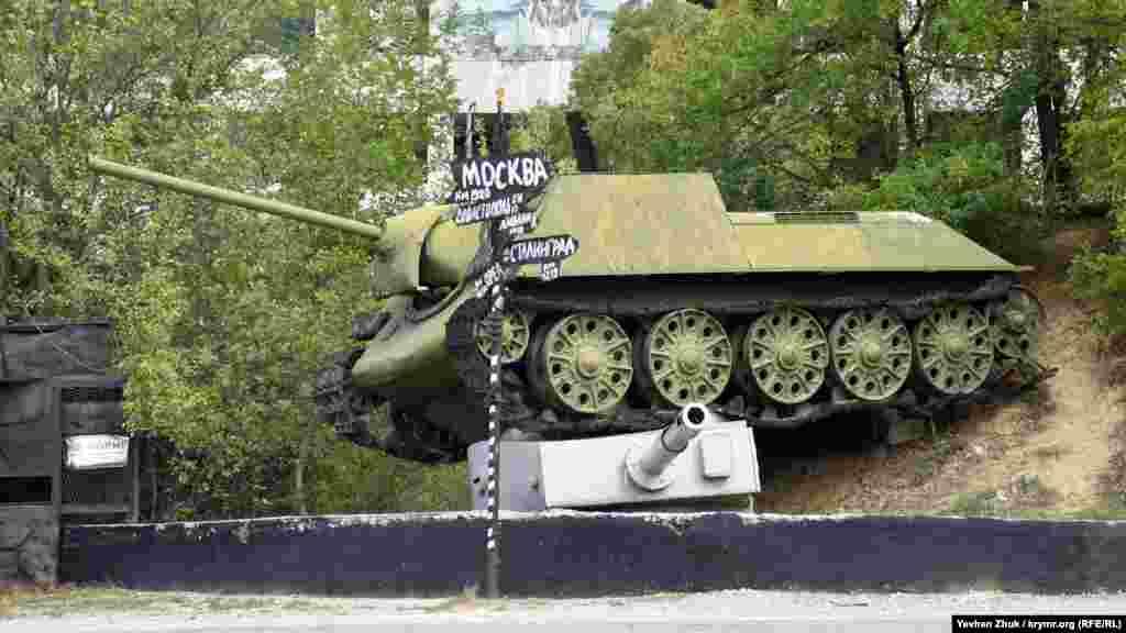 Виставка старої військової техніки під відкритим небом