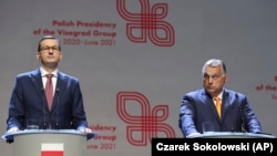 Mađarski premijer Viktor Orban (desno) i poljski premijer Mateuš Moravjecki nakon sastanka s kolegama iz Višegradske grupe, 11. septembar 2020.