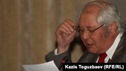 """Ақын Серік Тұрғынбекұлы """"Ақ жол"""" партиясының съезінде. Алматы, 27 қараша 2011 жыл."""