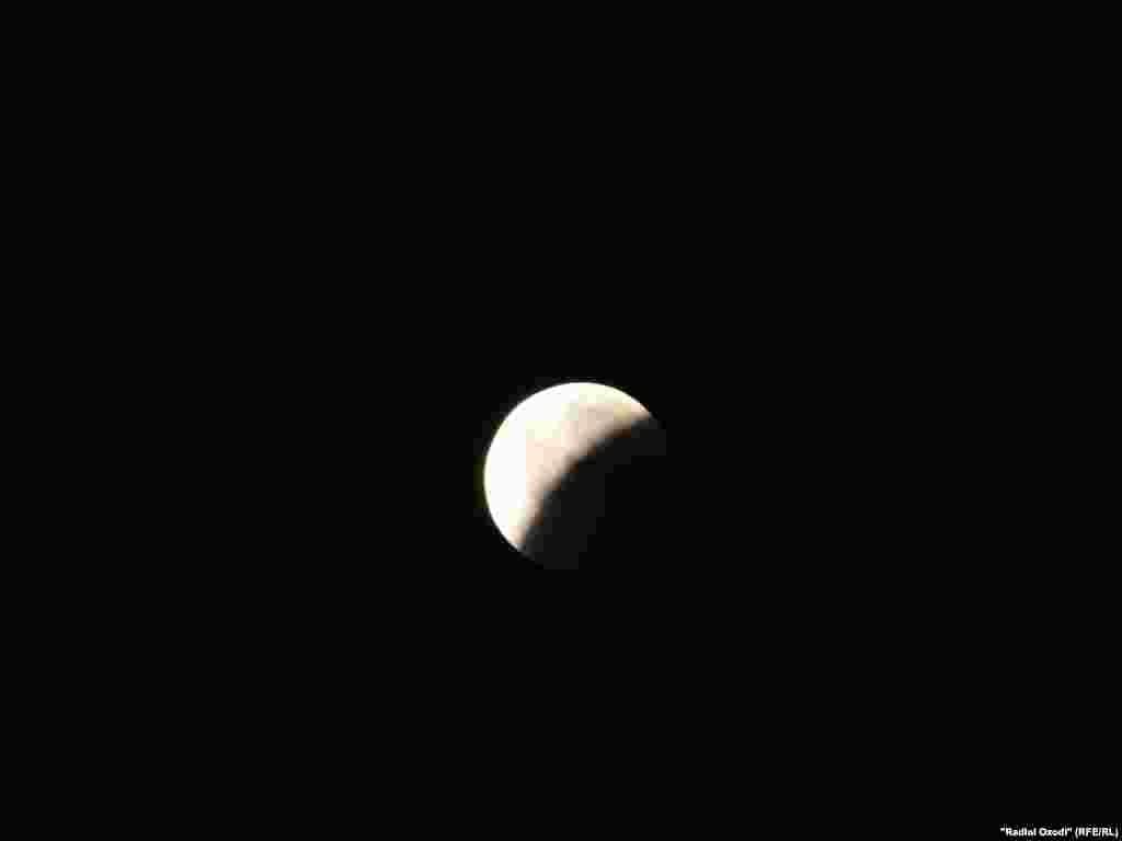 Десятки тысяч жителей Таджикистана в ночь на субботу наблюдали за лунным затмением века. Редкое природное явление началось в Таджикистане в 23 часа 24 мин. по местному времени. Фото сделано в Кулябском районе Таджикистана.Фото радио «Озоди».