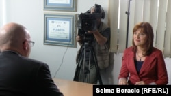 Philip Reeker tokom posjete RSE redakciji u Sarajevu u razgovoru sa našom novinarkom