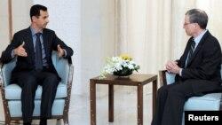 Роберт Форд (справа) на встрече с президентом Сирии Башаром Асадом, Дамаск, 27 января 2011