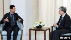د شام ولسمشر بشرالاسد په دمشق کې له امریکايي سفیر رابرټ فورډ سره لیده کاته کوي