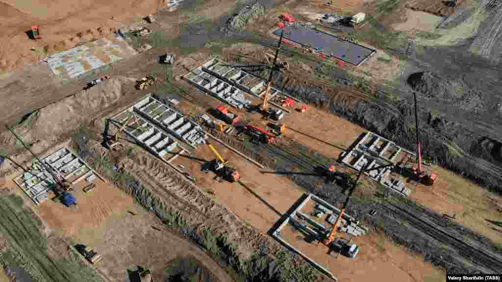 Вид сверху на строительную площадку новой инфекционной больницы для пациентов с подозрением на коронавирус