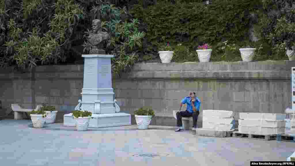 Бюст Миколи ІІ. Біля Лівадійського палацу в травні 2015 року встановили бюст ще одного царя – Миколи ІІ. Зараз він розташований за закритими для відвідувачів воротами Лівадійського паркового комплексу
