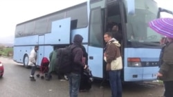 Дел од бегалците го напуштаат кампот во Идомени